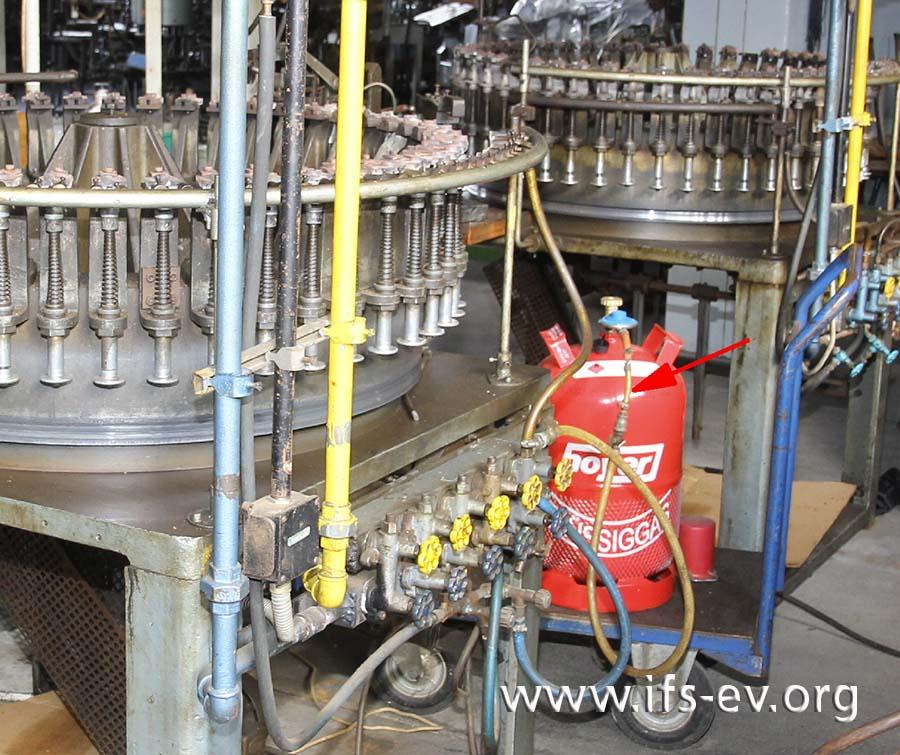 Die Flüssiggasflasche ist über eine mehrfach verlängerte und nicht gesicherte Schlauchverbindung an die Gasleitung einer Maschine angeschlossen. Über die Mischkammer kann das Gas auch in die Luftleitung gelangen.