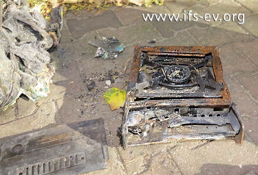 Im Brandschutt hinter dem Haus liegen die Reste eines Gaskochers.
