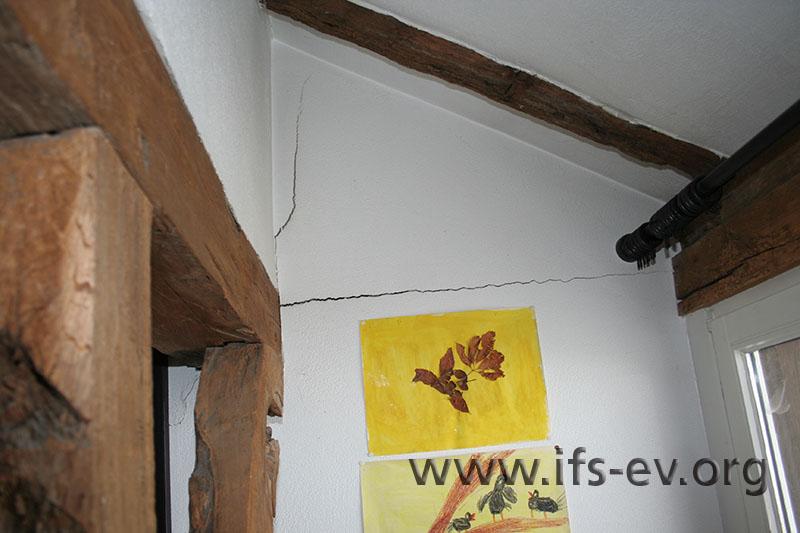 Durch die Druckwelle sind Risse im Mauerwerk entstanden.