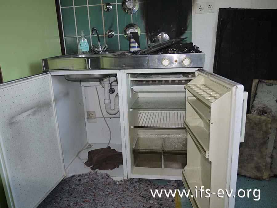 Weder im Spülenunterschrank noch im Kühlschrank der Miniküche gibt es Brandschäden.