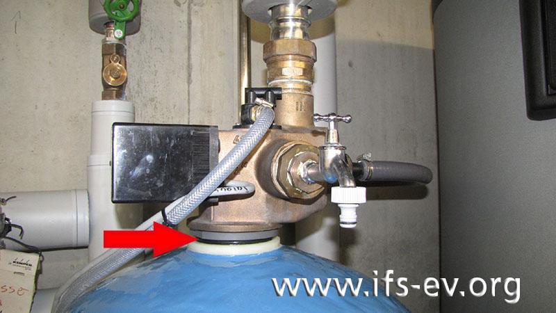 An der Verschraubung des Ventilaufsatzes auf die blaue Enthärterpatrone ist es zum Bruch gekommen. Deutlich ist die schwarze O-Ringdichtung zu erkennen.
