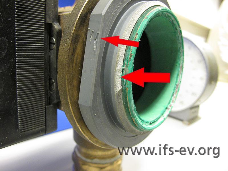 Hier sind die abgebrochene PVC-Anschlusskupplung und die Werkzeugspuren auf deren Greiffläche zu erkennen.