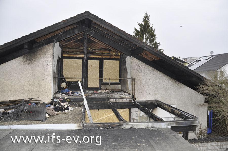 Der Blick auf den Balkon und die zerstörte Überdachung der darunter liegenden Terrasse