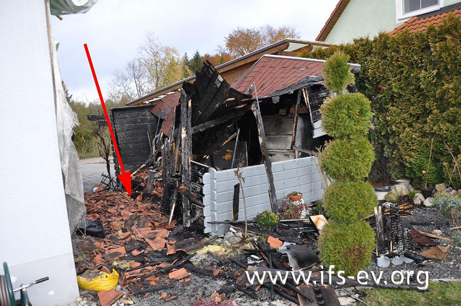 Vor dem zerstörten Gartenhäuschen ist die Stelle markiert, an der der Aschebehälter stand.