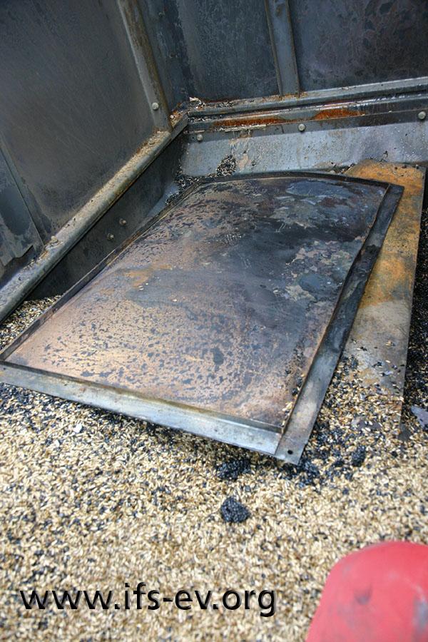 Die Verfärbungen des Metalls zeigen, dass der Lukendeckel starker Hitze ausgesetzt war.