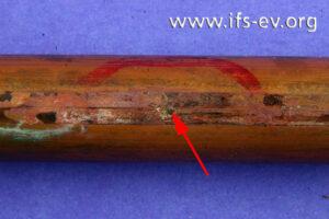 Ein Leitungsabschnitt mit Wanddurchbruch wird im Labor untersucht.