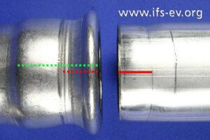 An der gelösten Verbindung haben wir die anhand der Pressmarken erkennbare Einschubtiefe rot markiert. Die grüne Linie am Fitting zeigt die vom Hersteller vorgesehene Einschubtiefe.