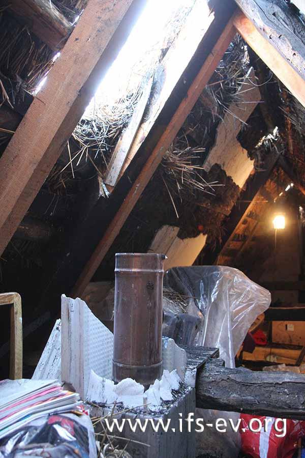 Auf dem Spitzboden wird ein Abschnitt des Schornsteins rekonstruiert.