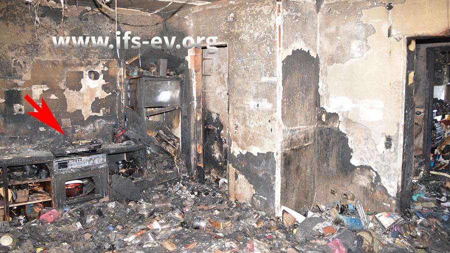 Die ausgebrannte Küche mit dem Herd, an dem das Feuer entstanden ist.