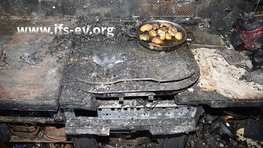 Auf dem Kochfeld steht noch ein Topf mit unverbrannten Kartoffeln.