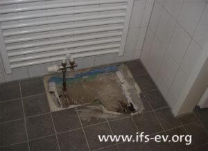 Geöffneter Fußboden in einem der betroffenen Badezimmer