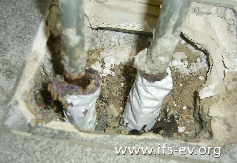 Die Leitungen laufen vom Fußboden senkrecht nach oben zu den Heizkörpern.