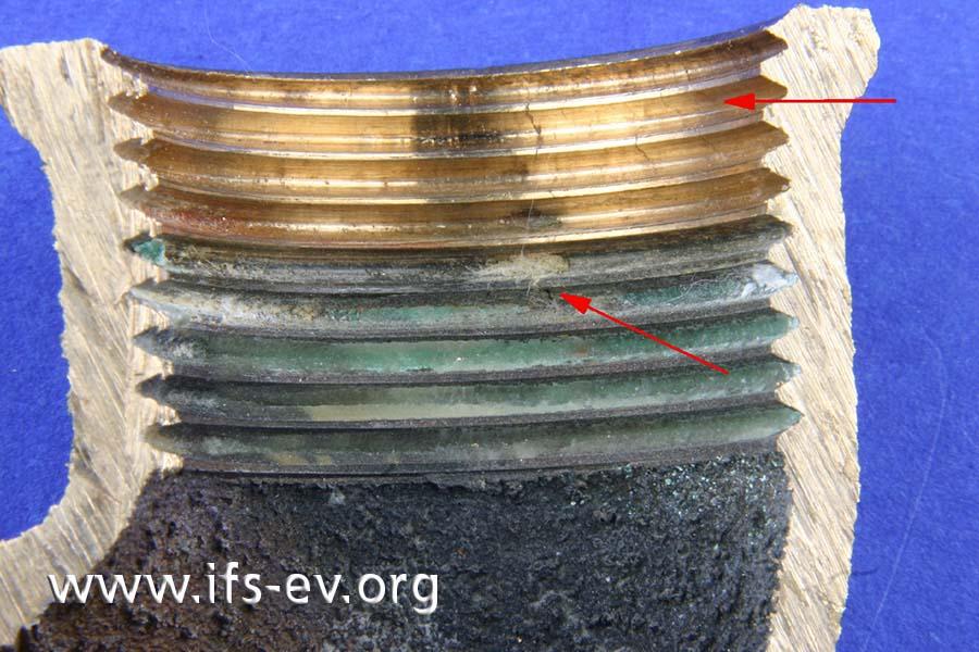 Die Schadenstelle (Pfeil unten) und weitere feine Risse am Innengewinde