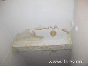 Im Treppenhaus ist im Erdgeschoss eine großflächige Durchfeuchtung an der Decke zu sehen.