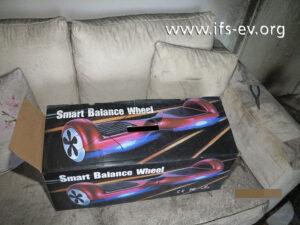 Die Verpackung zeigt, wie das Hoverboard vor dem ersten Aufladen des Akkus ausgesehen hat.