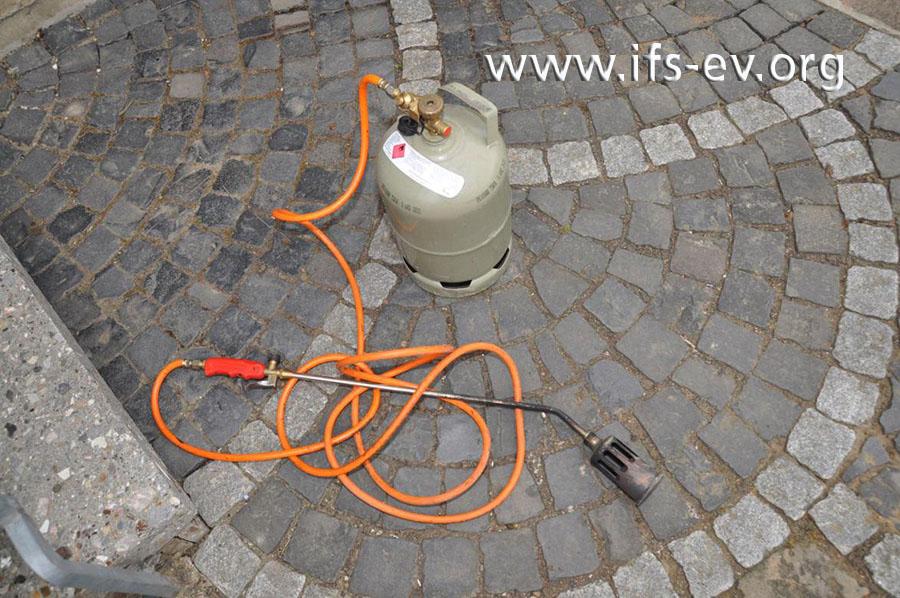 Der Propan-Handbrenner und die angeschlossene 5-kg-Gasflasche