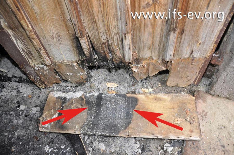 Blick von außen auf die Tür: Die untere Verkleidung wurde entfernt und zeigt in einem Bereich auf der Innenseite lokale Brandzehrungen.