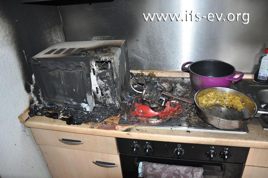 Das Schadenbild in der Küche: Im Zentrum liegen die spärlichen Reste der Kaffeepadmaschine, die auf der linken Seite des Kochfeldes gestanden hat.