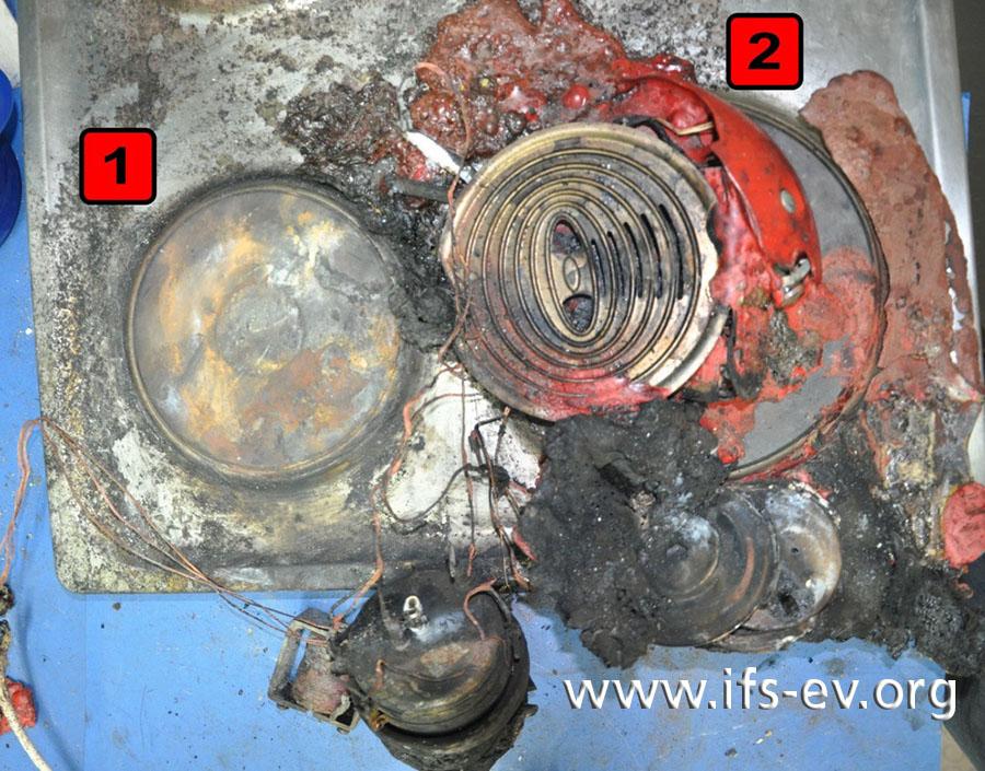 Rekonstruktion im Labor; Blick auf die beiden linken Kochplatten: Auf der vorderen (rechts im Bild) sind die Reste der Kaffeepadmaschine deutlich zu erkennen, auf der hinteren lassen sich nur noch Spuren davon erahnen.