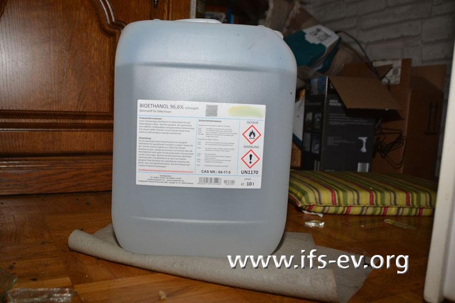 Im Wohnzimmer steht ein weiterer 10-Liter-Kanister mit Ethanol.