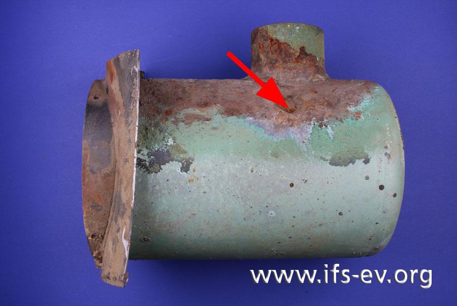 Die Laboraufnahme der Brennkammer zeigt Korrosionsschäden und einen Wanddurchbruch, den wir hier mit einem Pfeil markiert haben.