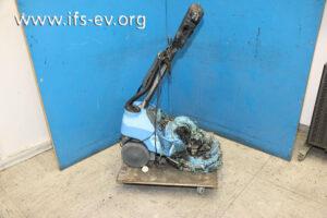 Die Bodenreinigungsmaschine wird im Elektrolabor untersucht.