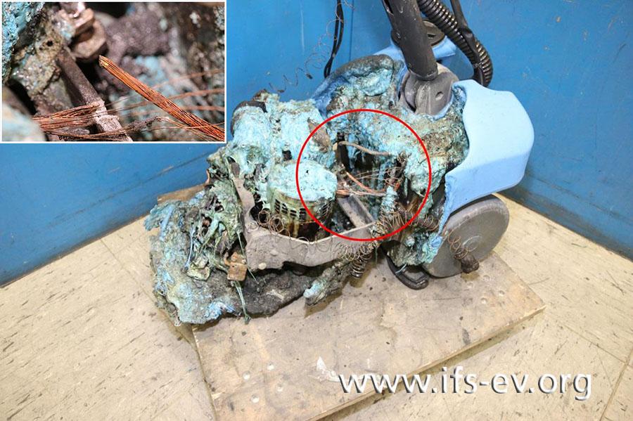 Im Bild ist der Schadenschwerpunkt markiert. Das kleine Bild zeigt vergrößert das dort durchtrennte Kabel.