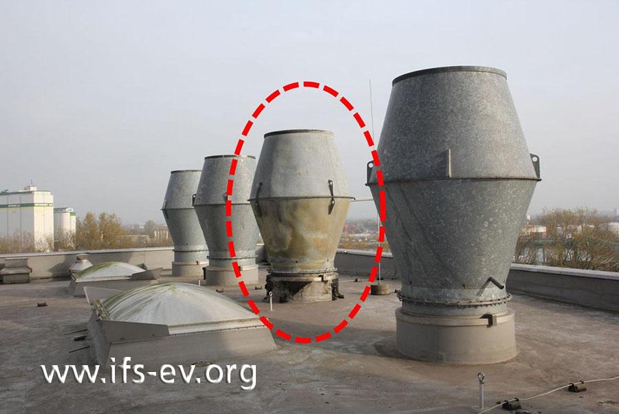 Auf dem Dach sieht man am Auslass der betroffenen Absauganlage thermische Anlaufspuren.