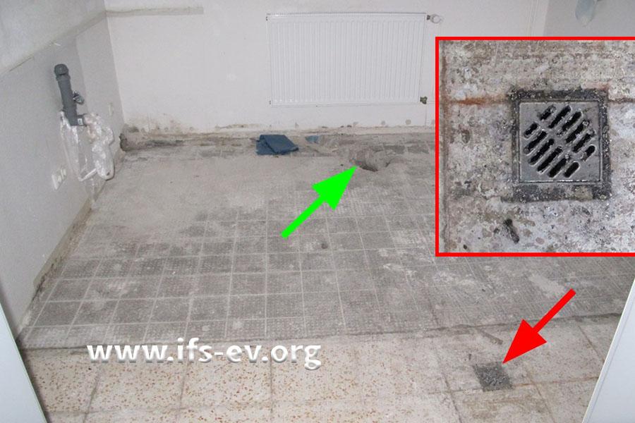 In der Teeküche ist ein Bodenablauf mit einem Rostgitter versehen (rot) und ein zweiter (grüner Pfeil) mit einem Blinddeckel aus Kunststoff.