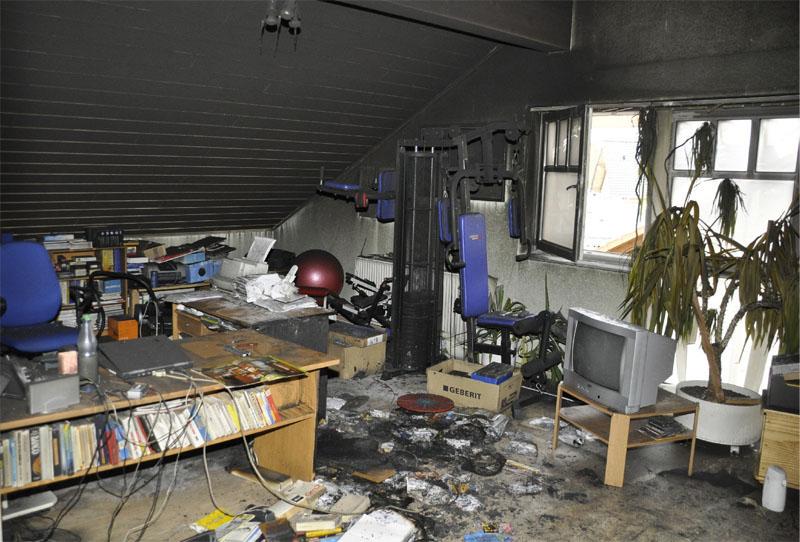 Das Wohn- und Arbeitszimmer: Links steht die Schreibtischkombination.