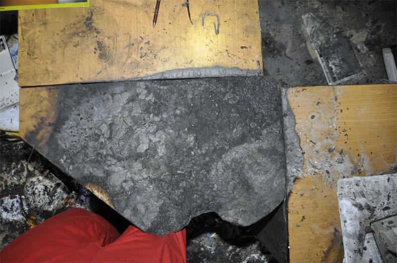 Der Gutachter rekonstruiert die Position der herabgefallenen Verbindungsplatte.