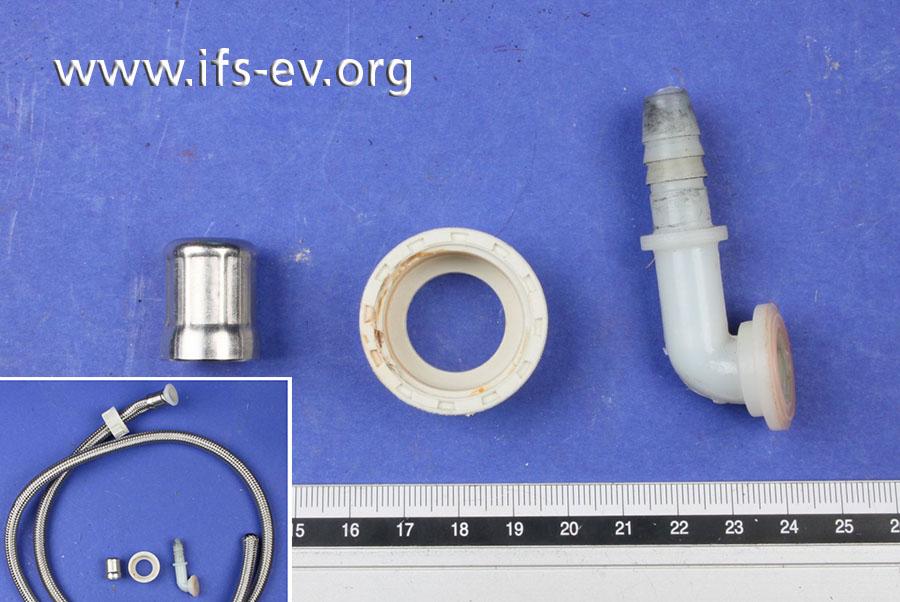 Am Ende des Anschluss-Schlauches (kleines Bild) hätten die drei abgebildeten Bauteile befestigt sein sollen: Presshülse, Überwurfverschraubung und Stützhülse (v. l.).