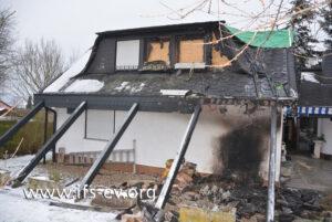 Der Brandschwerpunkt unter dem Dachüberstand ist deutlich zu erkennen.
