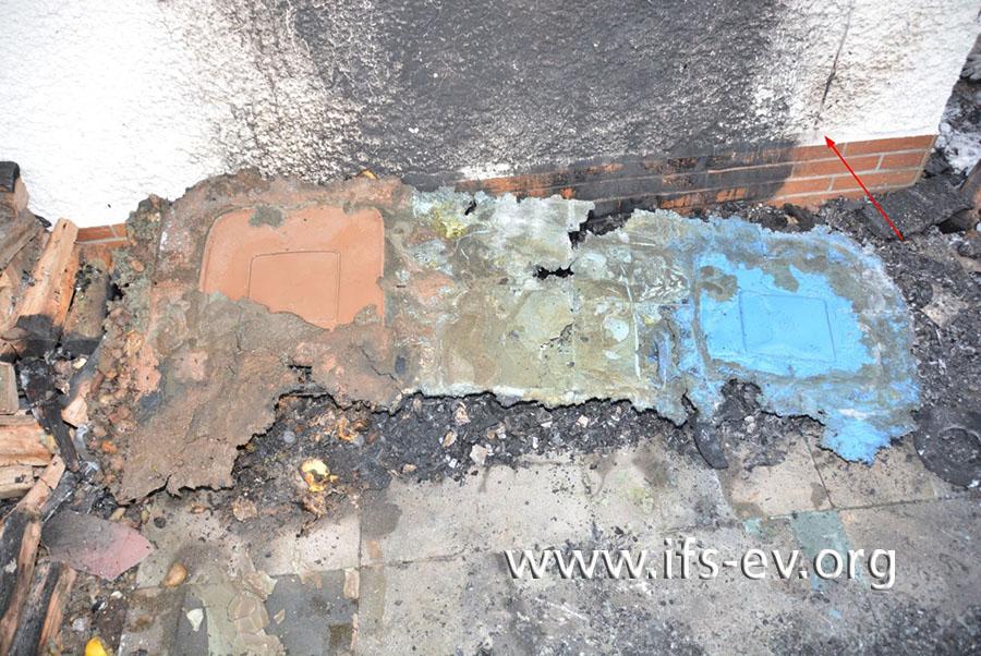 Die Kunststoffschmelze der Mülltonnen wird von den Betonplatten gelöst und hochgeklappt.