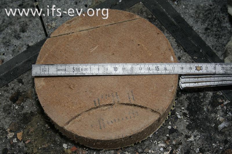Der Bohrkern aus der Holzweichfaserplatte der Außenwand