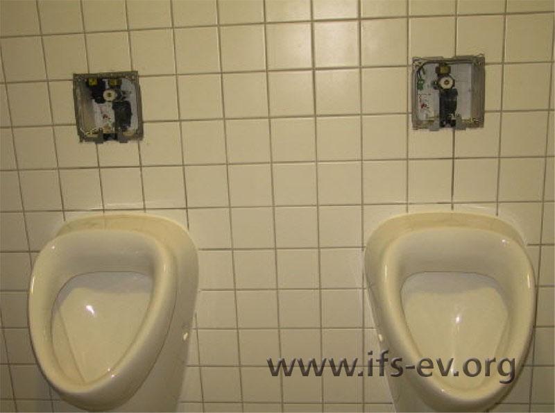 Vom linken der beiden Urinale gingen zwei Wasserschäden aus.
