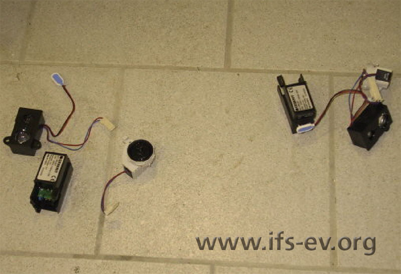 Die ausgebauten Steuerungen, bestehend aus Netzteil, Elektronik und Magnetventil