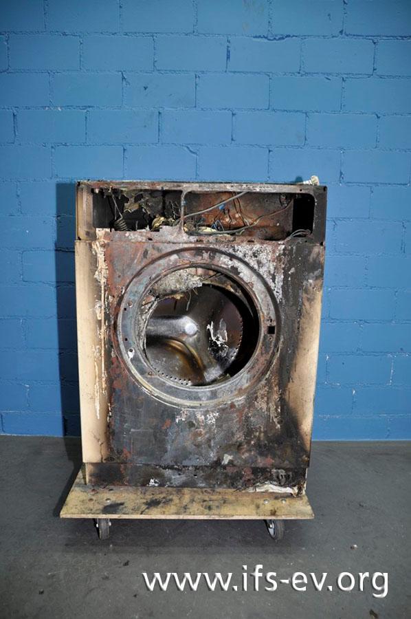 Die Waschmaschine wird im Elektrolabor untersucht.