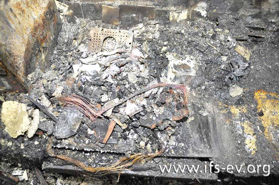 Für den Laien nicht unbedingt sofort erkennbar: Das Bild zeigt die Reste eines Monitors, die auf dem Kochfeld liegen.