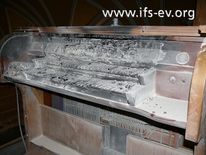 Der verbrannte Spieltisch der Orgel
