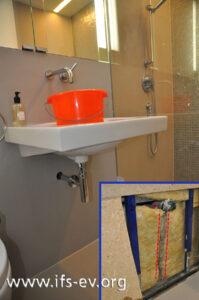 Blick ins Badezimmer; das kleine Bild zeigt die geöffnete Wand mit Ablaufspuren in der Mineralwolle unter dem Abwasserrohr.