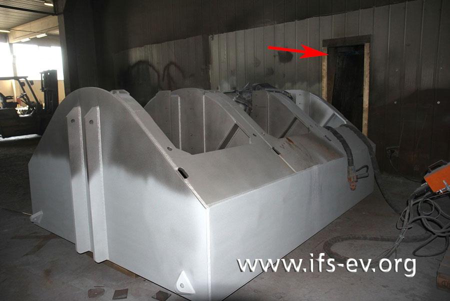 Im Strahlraum steht noch das zum Schadenzeitpunkt behandelte Werkstück. Der Pfeil markiert den Ansaugkanal, über den die Stäube in die Filteranlage im Nebenraum gelangen.