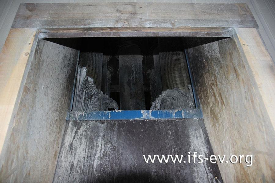 Blick von der Strahlkammer durch den Ansaugkanal in die Filteranlage