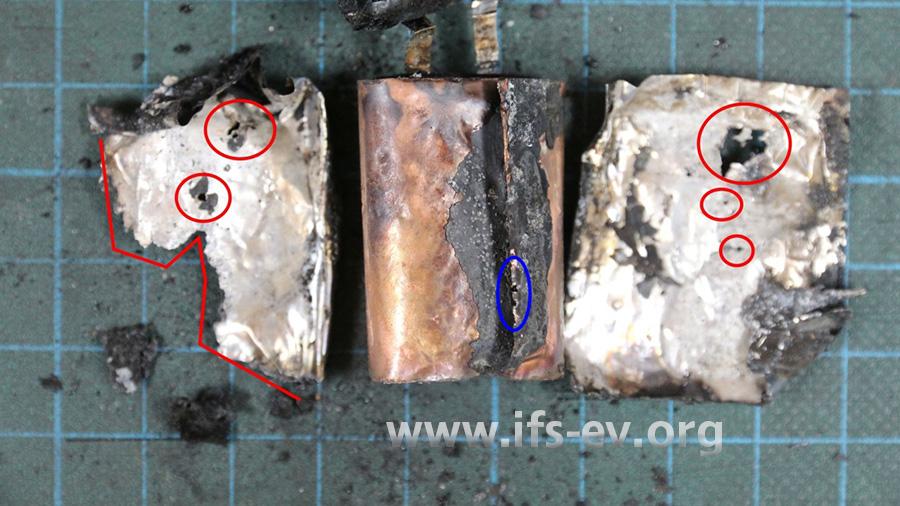In der Ummantelung gibt es mehrere Löcher (rote Markierung), ebenso wie in der Kupferfolie (blaue Markierung).