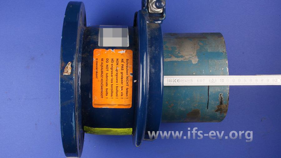 Die schadenursächliche Mehrbereichskupplung mit dem teilweise herausgerutschten Rohrstück im Labor