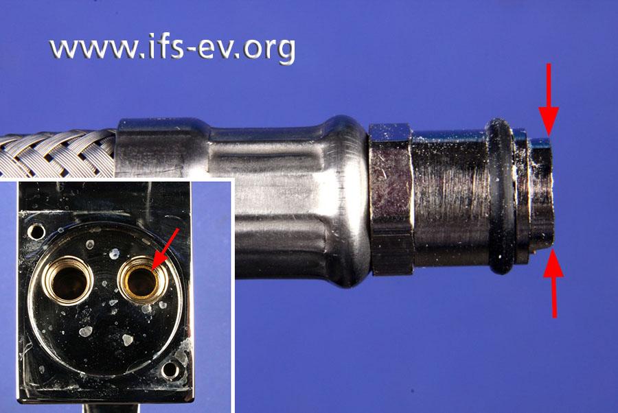 Der Anschlussstutzen ist umlaufend abgebrochen; das Gegenstück steckt noch im Armaturgehäuse (kleines Bild).