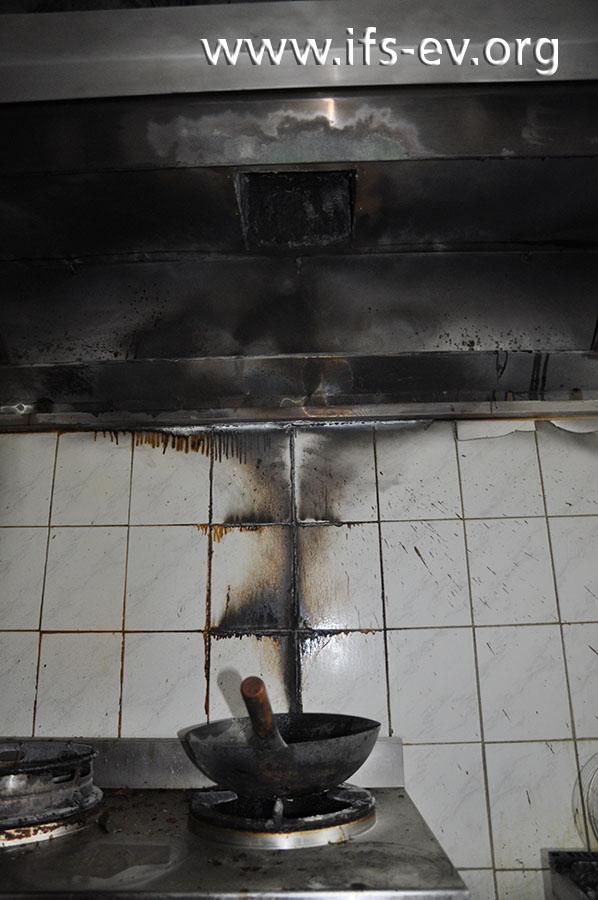 Der Wok hatte auch zum Schadenzeitpunkt auf der Kochstelle gestanden. Dahinter zeichnet sich ein Brandtrichter an der Wand ab.