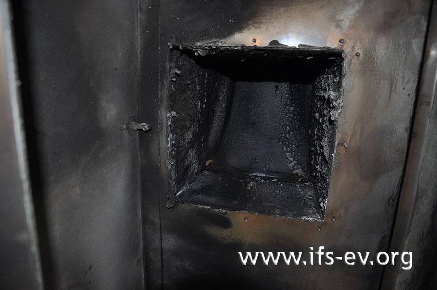 Im Einlass des Abluftkanals sind verbrannte Reste von Fettablagerungen zu sehen.