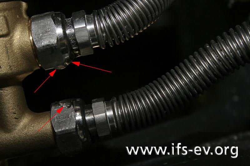 Die Verbindung zwischen Ventil und Wellschlauch ist undicht.