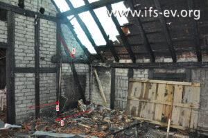 Der Brandausbruchsbereich: Hier hat, in einer Einhausung, die Gastherme gestanden (Pfeil 1).